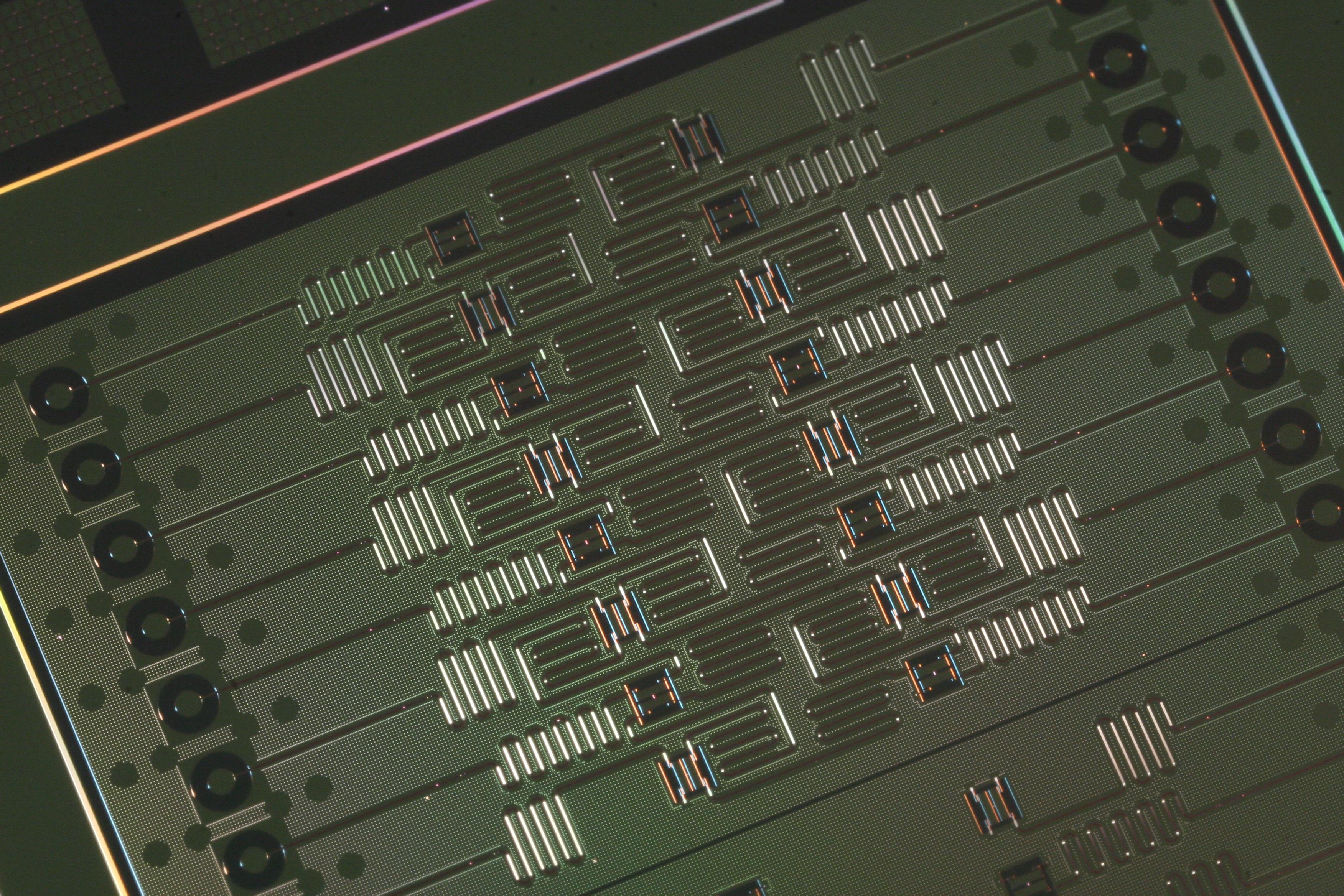 IBM mantiene su posición en la carrera por la supremacía cuántica y presenta un chip de 17 cúbits