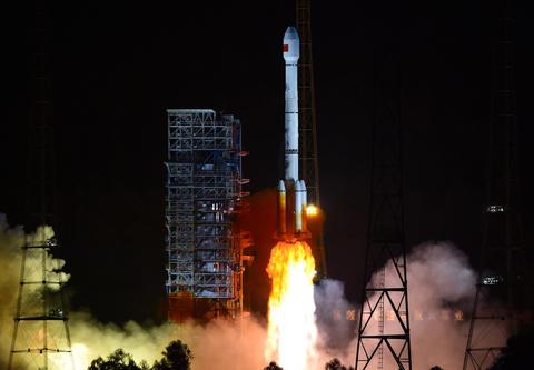 El lanzamiento de Long March 3B desde el Centro de Lanzamiento de Satélites de Xichang (China)