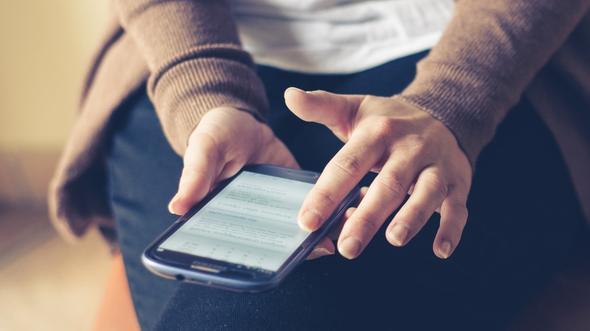 Una persona utiliza el teléfono móvil