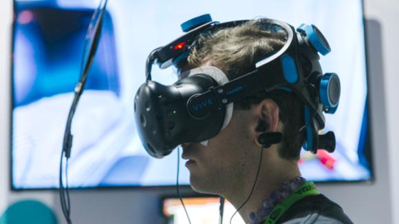 Un usuario utiliza un casco de realidad virtual